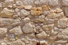 Den gamla bruna steniga väggen för bakgrund Royaltyfria Foton