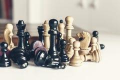 Den gamla brunnen anv?nde tr?schackstycken, retro ledarskapbegrepp p? vit bakgrund arkivbilder