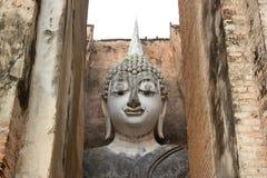 Den gamla buddha bilden på cement med fördärvar, och forntida, byggt i modern historia i historiskt parkera royaltyfri foto