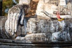 Den gamla buddha statyn i historiska Sukhothai parkerar Royaltyfri Foto