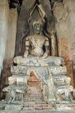 Den gamla Buddhastatyn i en Ayuthaya royaltyfria bilder
