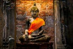 Den gamla Buddhastatyn i historiska Ayutthaya parkerar Royaltyfria Bilder
