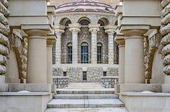 Den gamla byggnaden är i romersk stil Royaltyfria Foton