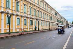 Den gamla byggnaden av departementet av försvar- och tuktuk Royaltyfria Foton