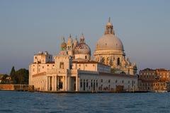 Den gamla byggnaden av stadsegenarna av Dogana di Fördärva och domkyrkan av Santa Maria della Salute i ottan Venedig royaltyfri bild
