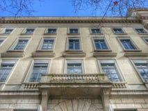 Den gamla byggnaden i den postmoderna stilen i den gamla staden av Lyon, Frankrike Arkivbild