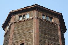 Den gamla byggnaden och duvorna Arkivbilder
