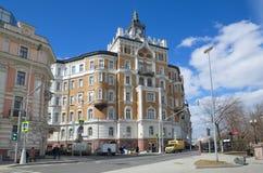 Den gamla byggnaden på den Sretensky boulevarden i Moskva, Ryssland Royaltyfri Foto
