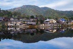Den gamla byn är reflexionsRak den thailändska byn i Pai, Mae Hong Son, Thailand Royaltyfria Bilder