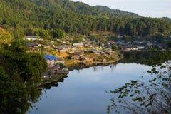 Den gamla byn är reflexionsRak den thailändska byn i Pai, Mae Hong Son, Thailand Arkivfoto