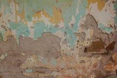Den gamla cement- och tegelstenväggen knäckte tappningbakgrund arkivfoton
