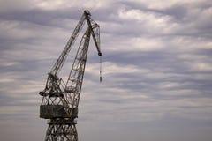 Den gamla cranen för rostlastport royaltyfria bilder
