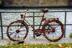 Den gamla cykeln som, är fulla av rost, små musslor och långhalsar, grundar i Arkivbilder