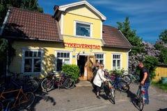 Den gamla cykelreparationen shoppar Arkivbild