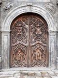 Den gamla dörren av San Agustin Church (Manila, Filippinerna) arkivfoto