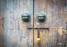 Den gamla dörren för kinesisk stil och det mytiska lösa djuret head dörrhandtaget Arkivbilder