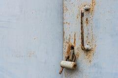 Den gamla dörren låste med hängande konsoler för en hänglås inställda bakgrunder Royaltyfri Bild