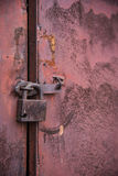 Den gamla dörren låste med hängande konsoler för en hänglås inställda bakgrunder Arkivbild