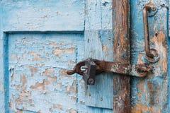 Den gamla dörren låste med hängande konsoler för en hänglås inställda bakgrunder Royaltyfria Foton