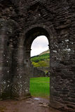 Den gamla dörren på fördärvar av Llanthony priorskloster, Abergavenny, Monmouthshire, Wales, UK Royaltyfri Fotografi