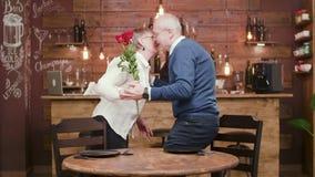 Den gamla damen ankommer på ett romantiskt datum och får blommor lager videofilmer
