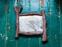 Den gamla dammiga spegeln med spindelnät och skrapor knäcker på den trägolvet målade olje- målarfärgen Arkivbilder