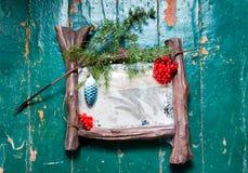 Den gamla dammiga zekraloen med poutinoy och skrapor knäcker på den trägolvet målade dekorerade julgranen för olje- målarfärg Arkivfoton