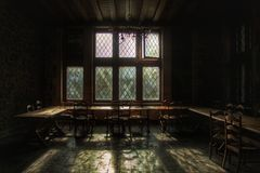 Den gamla diningroomen av en övergiven slott lämnade att förfalla Royaltyfria Bilder