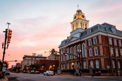 Den gamla domstolsbyggnaden på den Philadelphia gatan i Indiana Pennsylvania på solnedgången Fotografering för Bildbyråer