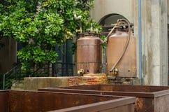 Den gamla Dyehousen med destillerade vattencans Arkivfoton