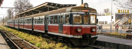 Den gamla elektriska åtskilliga enheten En57 fungerade vid Przewozy Regionalne i den Cesky Tesin stationen i Czechia Royaltyfri Fotografi