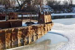 Den gamla färjan fryste in i isen Fotografering för Bildbyråer