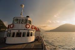 Den gamla färjan på sjön Como under den guld- timmen, sjö Como royaltyfri fotografi