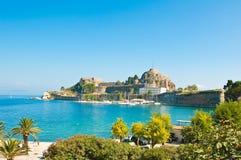 Den gamla fästningen av Korfu som ses från kusten Grekland Royaltyfri Foto