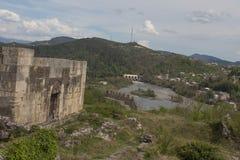 Den gamla fästningen, fördärvar, moln, landskap Gammal slott i bergen Fotografering för Bildbyråer