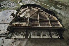 Den gamla förstörda flygeln i konserthallen i huset av kultur Pripyat, inga räkningar, tangenter täckas med formen och brutet, Ch Arkivfoton