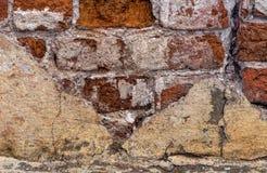 Den gamla förstörda väggen Förstörd vägg gammal red för tegelsten 19th århundrade En spricka i väggen royaltyfri fotografi
