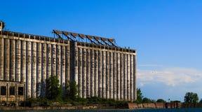 Den gamla fabriken över att se vattensportar, segling och att kayaking och att koppla av på buffel NY sjön parkerar royaltyfri bild