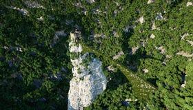 Den gamla fantsay slotten på en hög klippa, vaggar flyg- sikt sagolik liggande arkivbilder