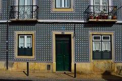 Den gamla fasaden av byggnaden täckas med azulejo arkivbild