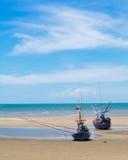 Den gamla fiskebåten strandade på en strand i solig dag, Thailand Royaltyfria Foton
