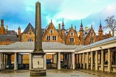 Den gamla fiskmarknaden kallade Vismarkt och medeltida historiska byggnader av Bruges Belgien fotografering för bildbyråer