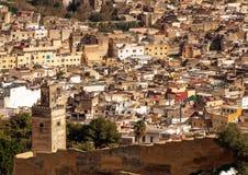 Den gamla forntida staden fördärvar väggen och centret av Fes, Marocko Royaltyfria Foton