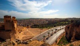 Den gamla forntida staden fördärvar väggen och vägen av Fes, Marocko Royaltyfri Foto