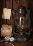 Den gamla fotogenugnen, klockan och en rulle av tvinnar arkivfoto