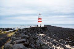 Den gamla fyren i Gardur, Island härliga brobyggnader brukar liggande för den iceland lagarfljotlaken Atlantic Ocean övre sikt royaltyfri fotografi