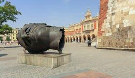 Den gamla fyrkantiga 'Sukiennicen i Krakow/Polen arkivbild
