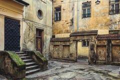 Den gamla gården, huset, byggnad, tappningväggar stenar Lviv Ukraina Arkivbild
