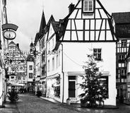 Den gamla gatan dekorerade för jul i den historiska mitten av Bernkastel-Kues, Rheinland-Pfalz, Tyskland svart white Arkivfoto