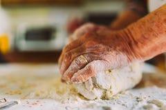 Den gamla gjorde det italienska damens danandehemmet italiensk pasta Arkivfoto